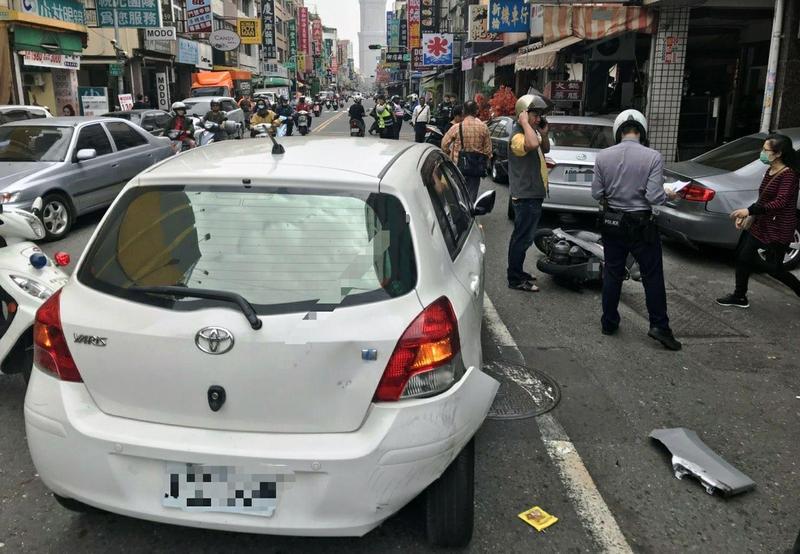轎車車主只是停在路邊買午餐,車子卻突然加速疾駛,車主直呼倒楣。(警方提供)