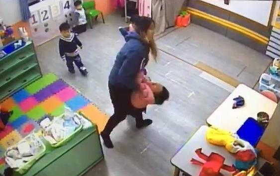 家長提供影像顯示老師粗暴對待幼童,推拉扯摔,甚至有1名2歲幼童因此腦震盪,引起家長憤怒。(家屬提供)