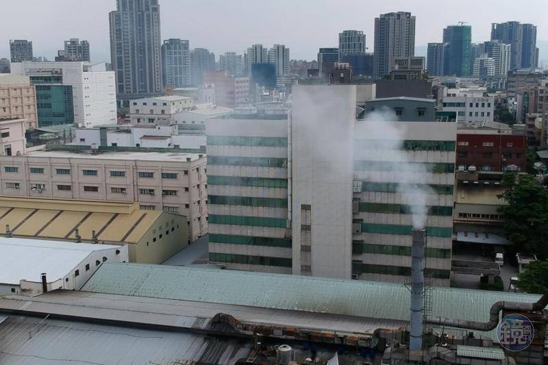 成衣工廠長年排放廢氣卻沒被開單,附近住戶質疑工廠老闆關係好。