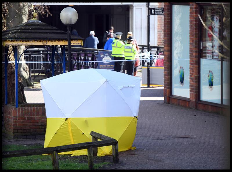 前俄羅斯特工史克里帕爾與女兒在英國遭不明手法攻擊生命垂危,警方在案發的街頭封鎖現場。(東方IC)