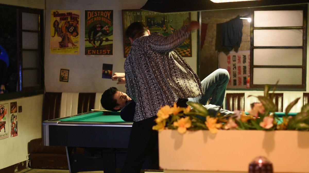 片中李玉璽被保鑣抓住頭撞桌,他笑稱自己整段戲都在挨打。(星泰提供)