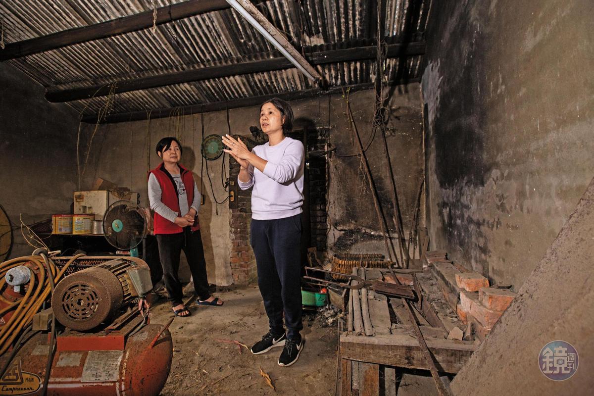 楊昭鑾(右)與嫂嫂陳素卿(左)回到老家廚房,也是當年祖父母與母親製作煎餅現場。