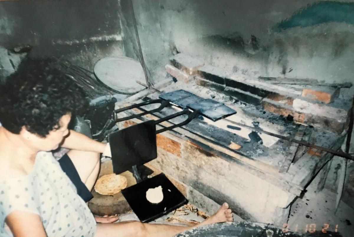 早年烤餅爐台低矮,第2代楊玉釵幾乎是席地而坐製餅。(獅伯百年手工煎餅提供)