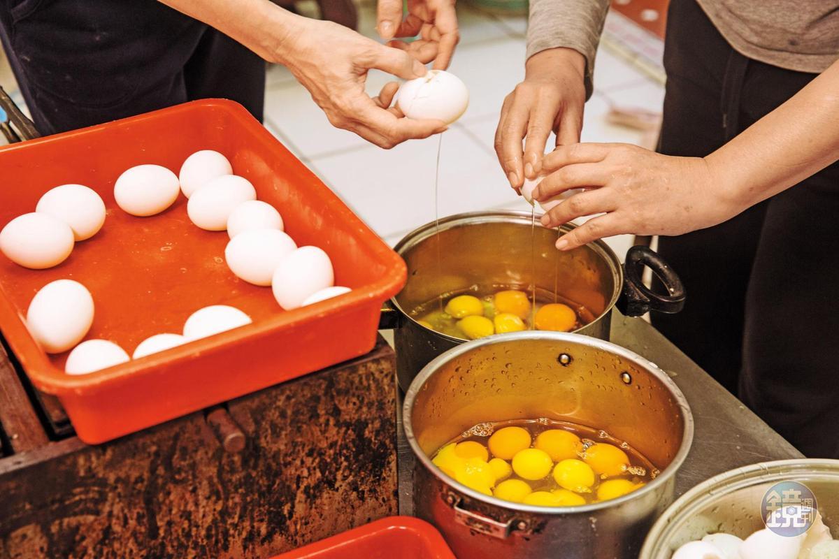 煎餅香脆祕訣是粉漿調入一定比例的雞蛋與鴨蛋。