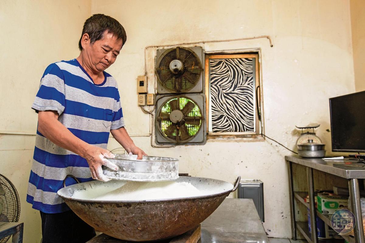 母親過世後,楊仁彬歷經2個多月實驗,才成功調製出粉漿比例,煎餅口感比昔日更加香脆,圖為將麵粉過篩。