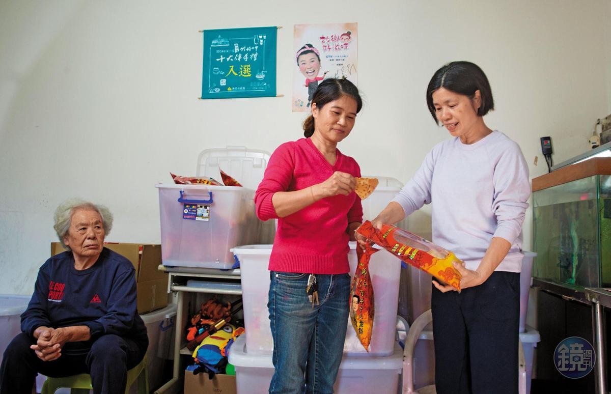 楊昭鑾(右)做餅空檔也要看顧店,熱情好客的她會主動請客人嘗餅。