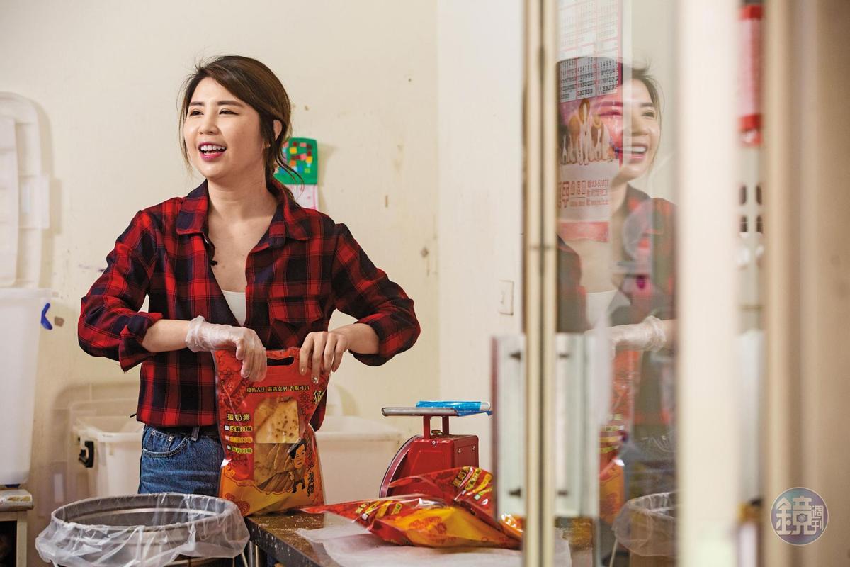 年節送禮旺季,楊家第四代楊雅文會情義相挺來幫忙包裝煎餅。