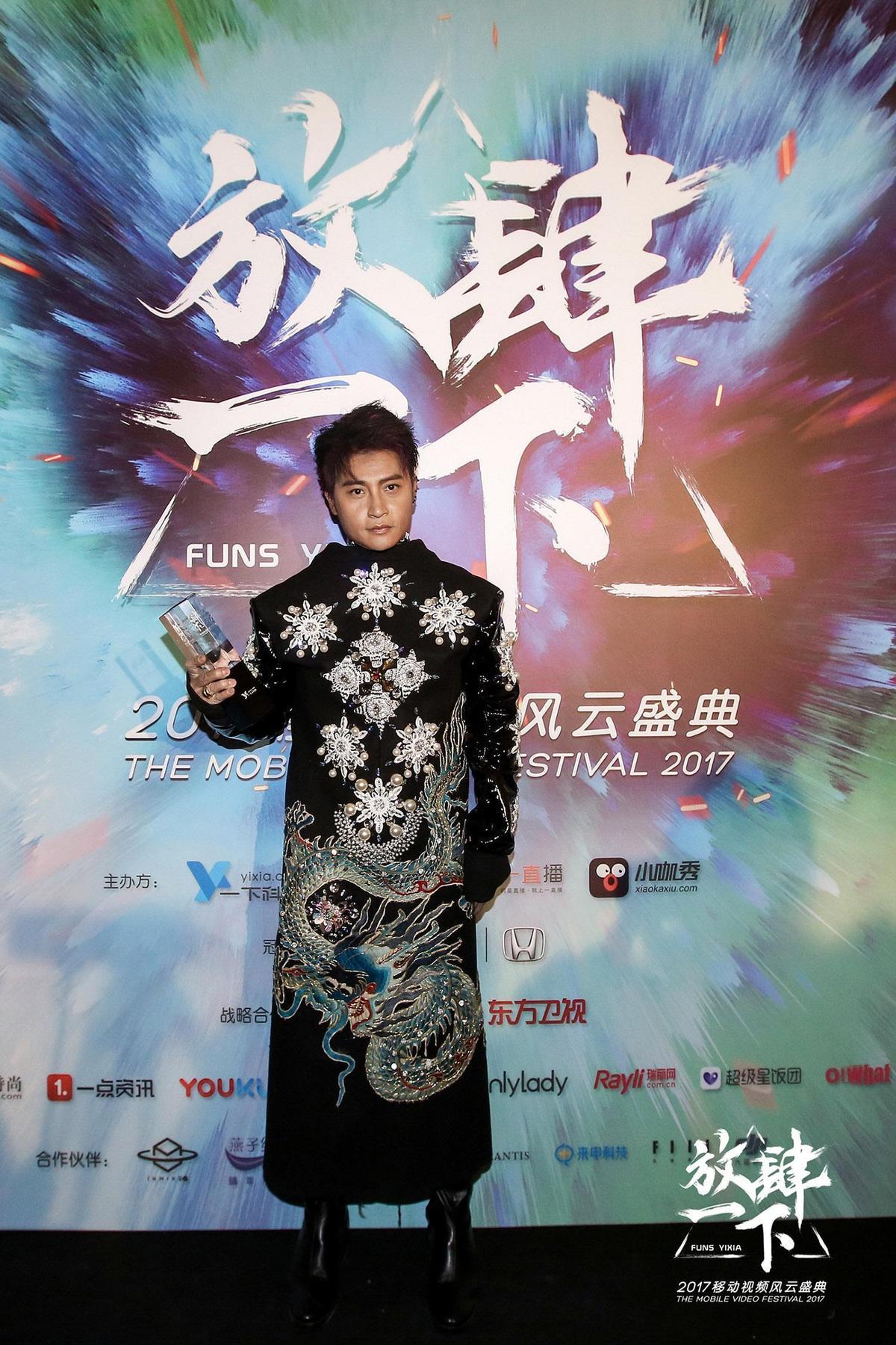 陳志朋參加頒獎典禮連換兩套衣服,爽拿「年度公益星榜樣」表彰他的熱心公益。(誠利千代提供)