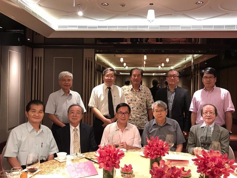 前總統陳水扁(前排中)在阿扁們群組貼出與許忠信(後排左2)等人合照。(翻攝網路)
