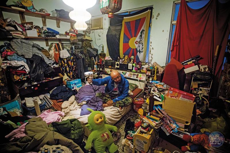恣睢麻利的房間,裡頭堆滿雜物,只剩可讓一人通過的空間。