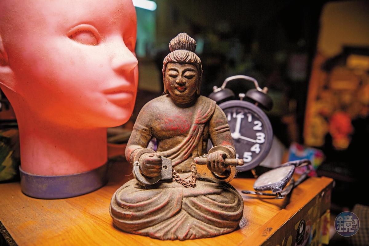 麻利的收藏品各式各樣,幾乎沒有什麼規則。圖中佛像上的手銬,是麻利自己裝上去的。