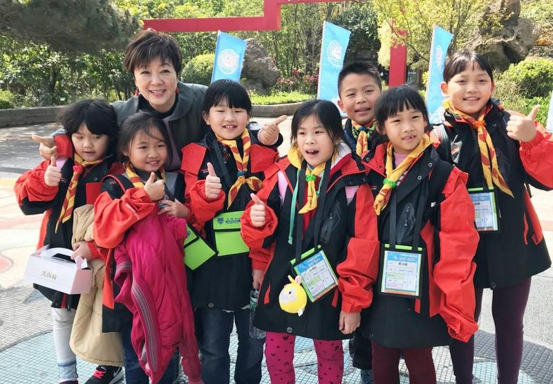 台積電慈善基金會董事長張淑芬帶花蓮災區小朋友到小叮噹樂園玩3天。(台積電慈善基金會提供)