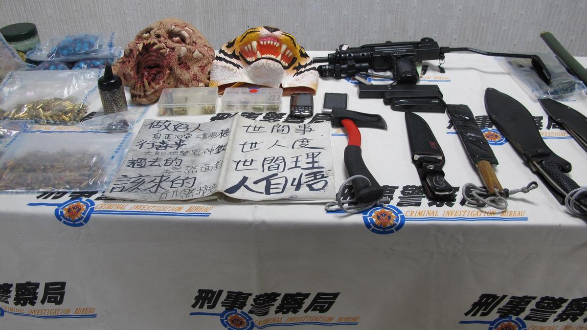 張嫌持有多把刀械、槍枝,還帶恐怖面具和假髮躲避查緝。(刑事局提供)