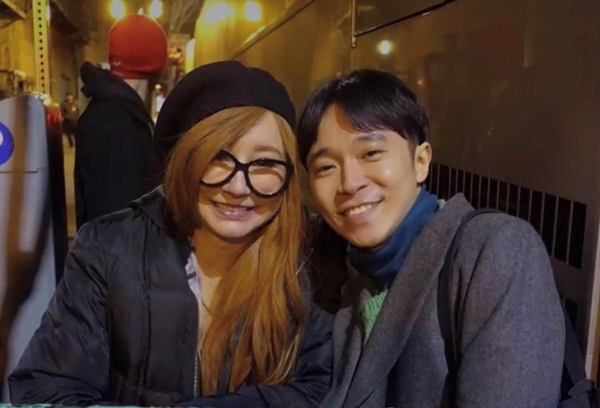 青峰赴西雅圖看喜歡20年的偶像Tori Amos演唱會,像個小歌迷守在後門,只求近距離見偶像一面。(摘自青峰臉書)
