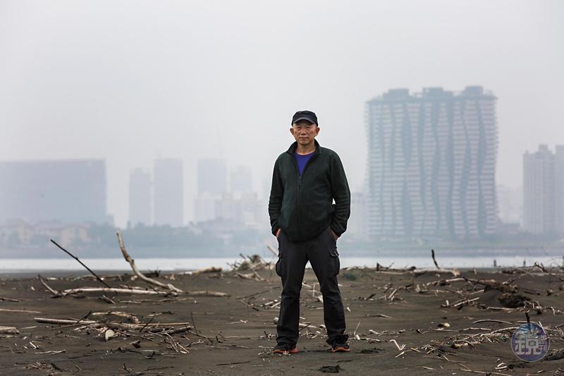 30年前柯金源就開始拍攝淡水河,淡水河口原是台灣8大美景之一,隨著淡海新市鎮的造鎮、台北港的擴建等,而今景觀與生態被嚴重破壞。