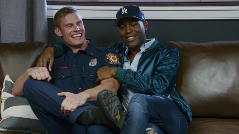 《酷男的異想世界》當然也有很多主持人專有的福利時間,像是卡拉莫就很熱情地巴著某個消防隊員。(Netflix提供)
