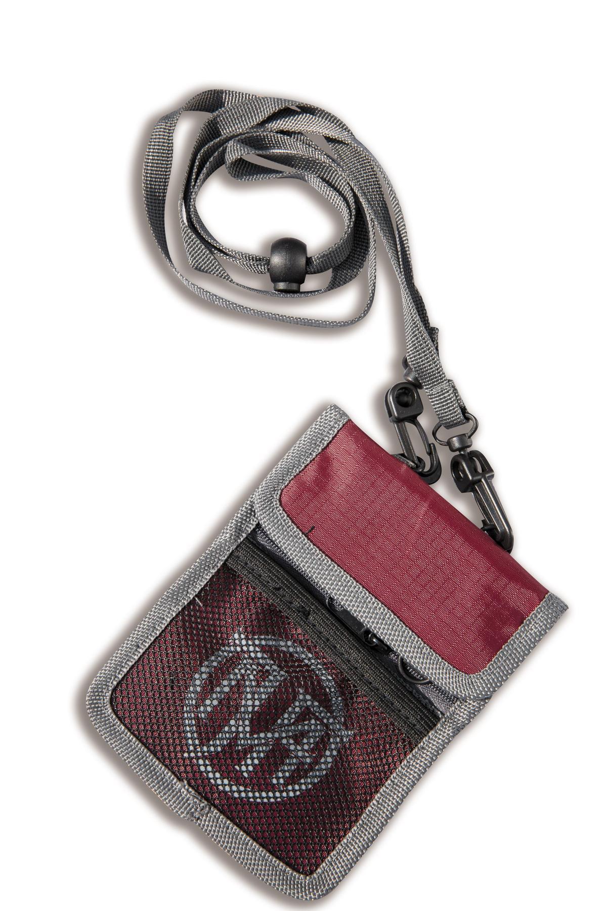 MJF紅色logo證件包,NT$580。