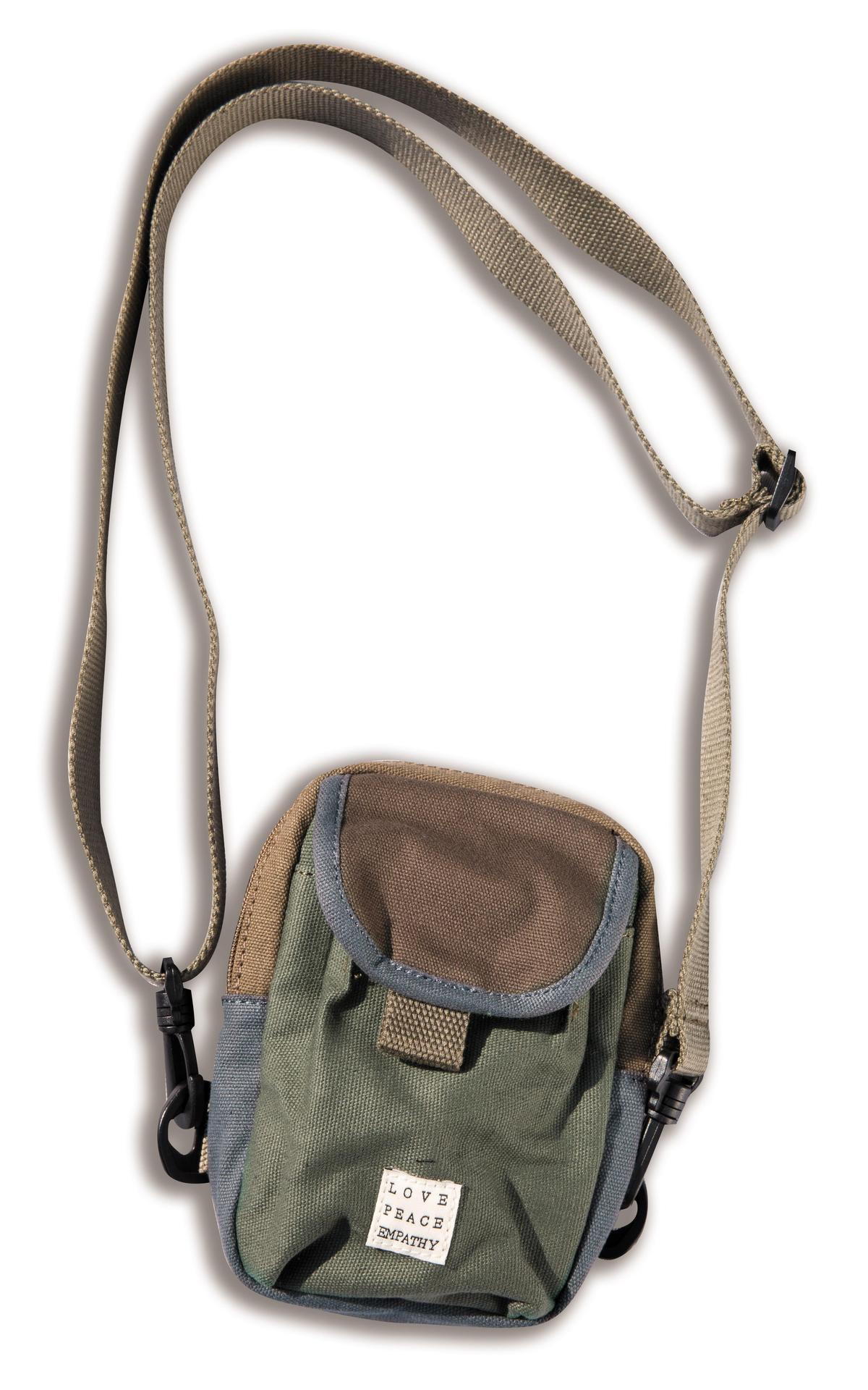 Slightly Numb綠色小包,NT$1,580。