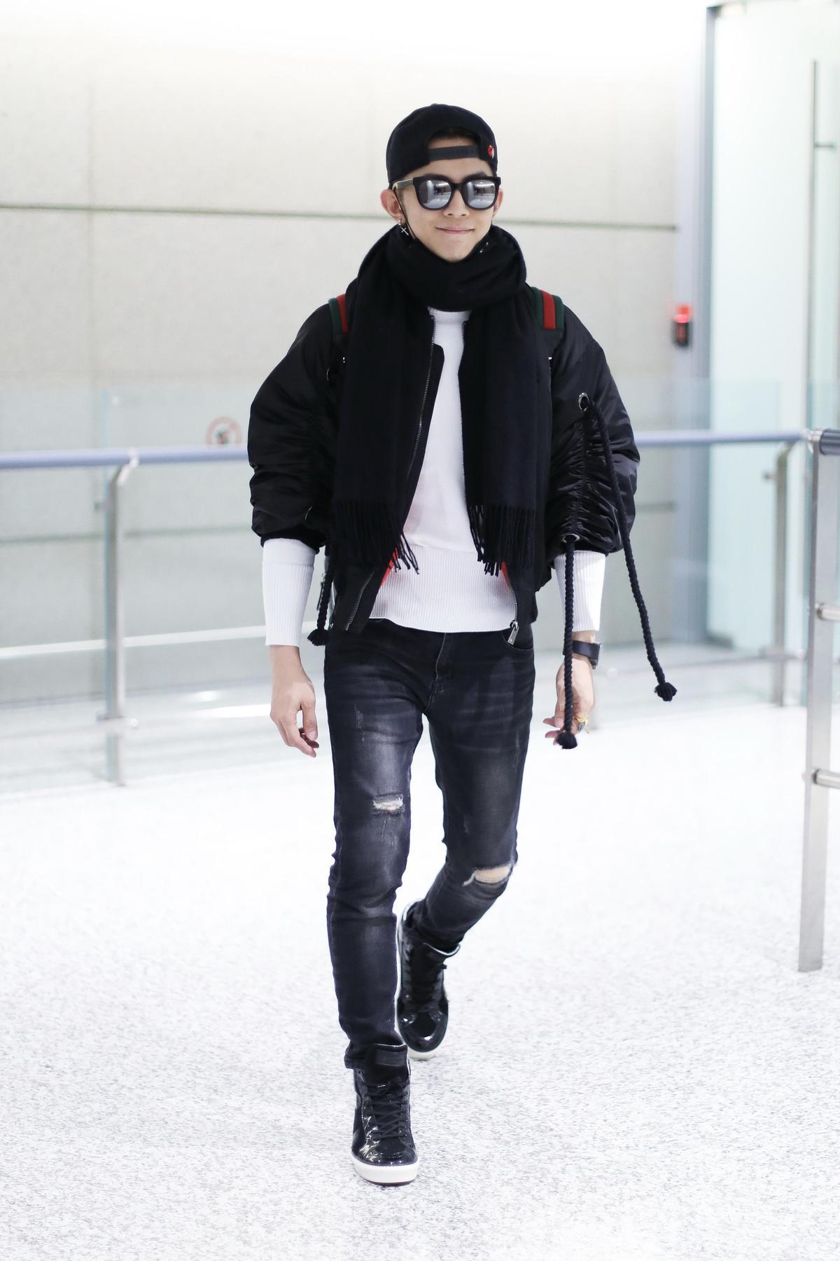 不得不稱讚汪東城品味很好,在雷同的服裝輪廓中,就是能夠獨樹一格,找到極富設計感的棒球外套。袖子上的抽繩與抓縐,頓時讓一件黑色外套亮了起來!(東方IC)