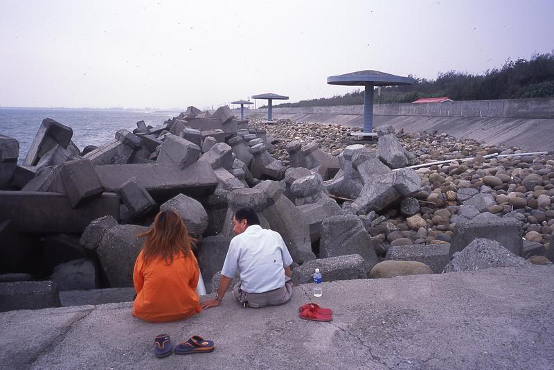 1997年堆滿消波塊的高雄彌陀海灘。(柯金源提供)