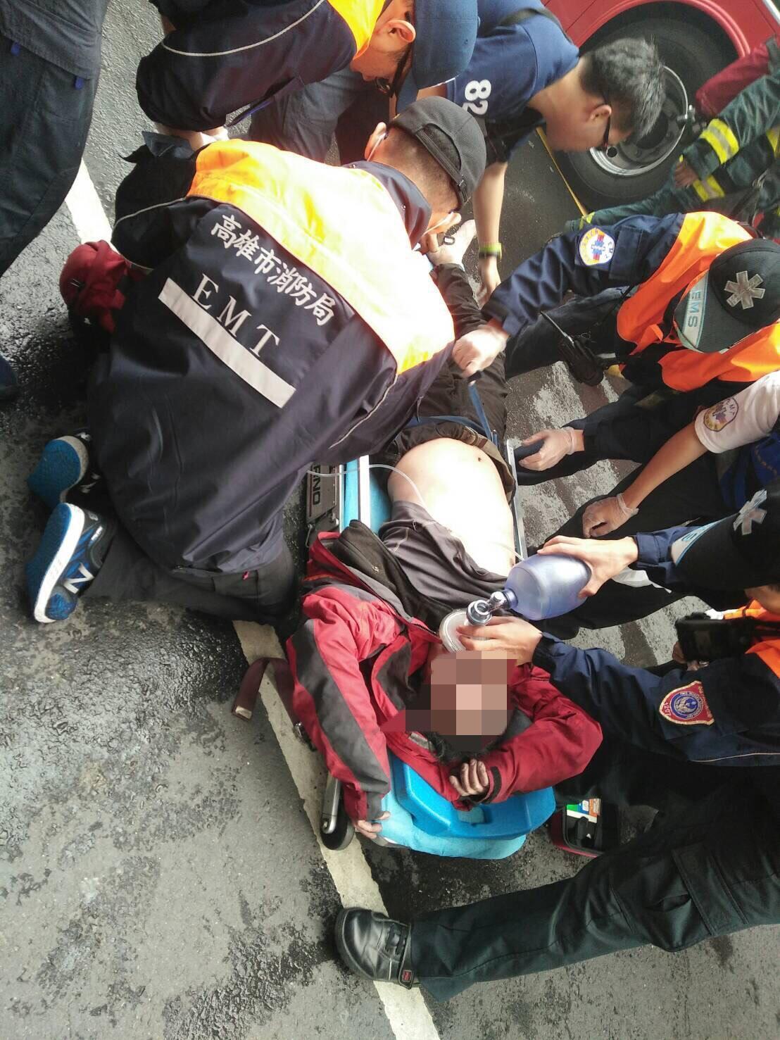 警消救出涉嫌縱火的邵男,當時他情緒激動,警方將其戒護送醫。(警消提供)