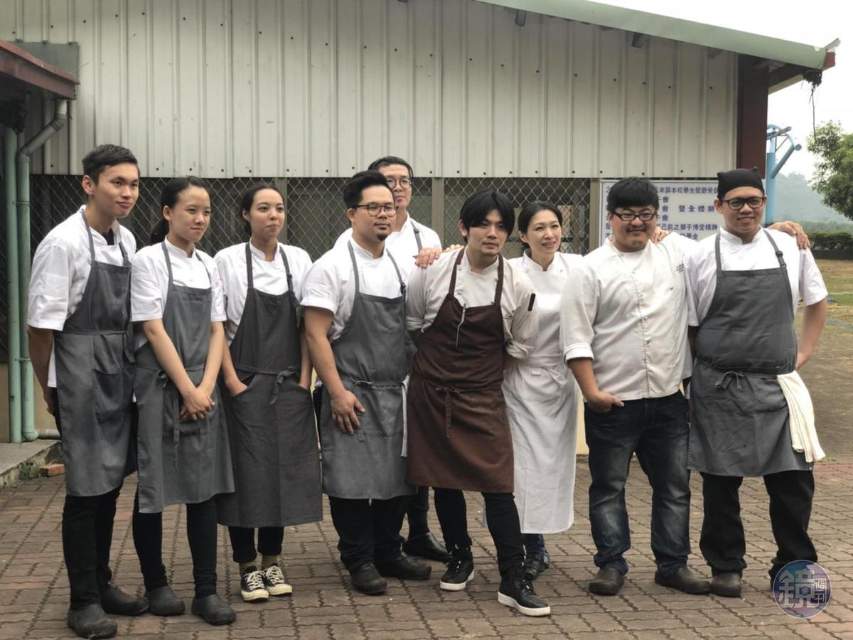 勞累一天之後,陳嵐舒(右三)與工作團隊留下紀念照。