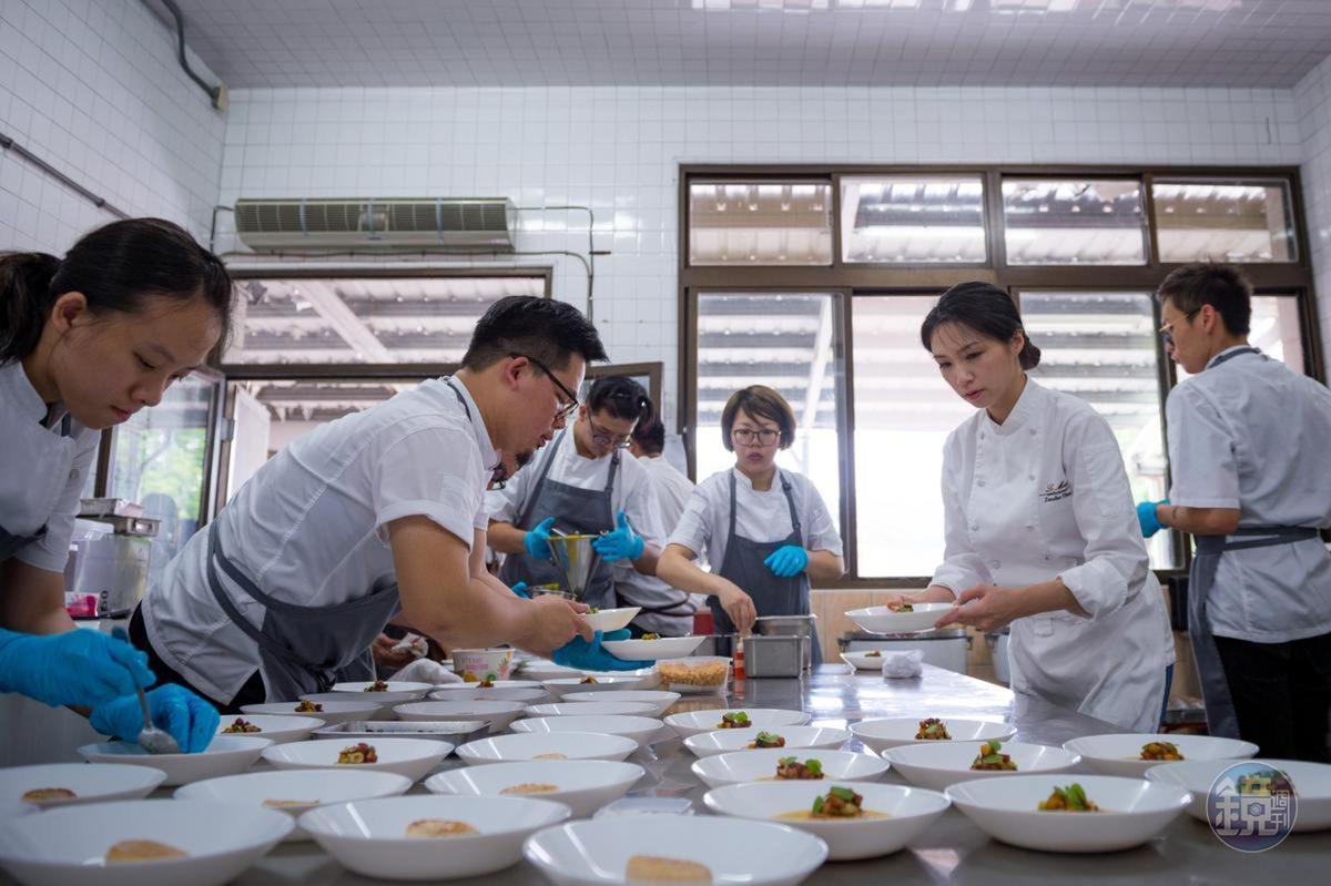 2017年底,陳嵐舒(右二)帶著廚師群前進屏東來義國小,為部落的孩子做一餐法國菜。