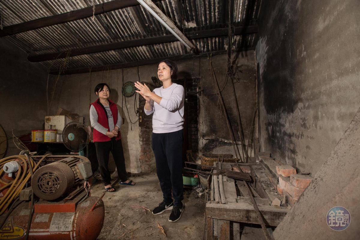楊昭鑾(右)與嫂嫂陳素卿回到老家廚房,也是當年祖父母與母親製作煎餅現場。