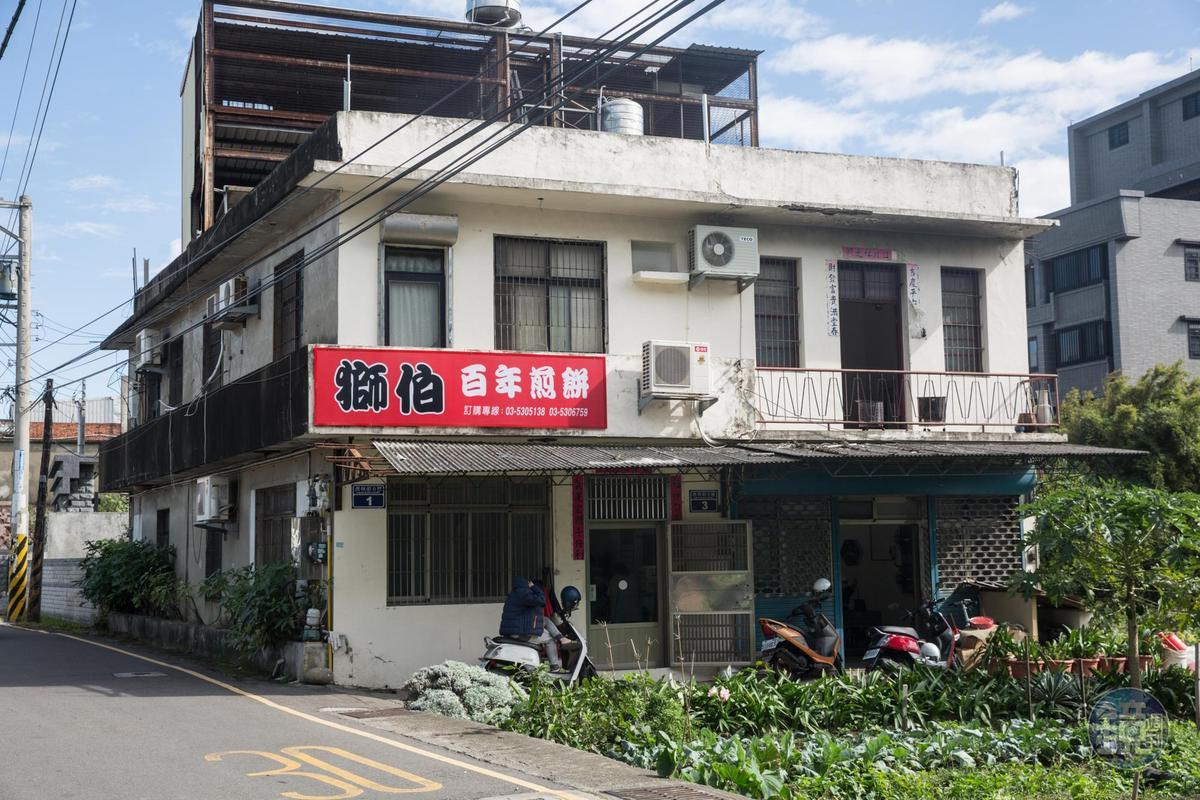 楊家人在自家住宅販售煎餅,吸引不少民眾慕名前往。