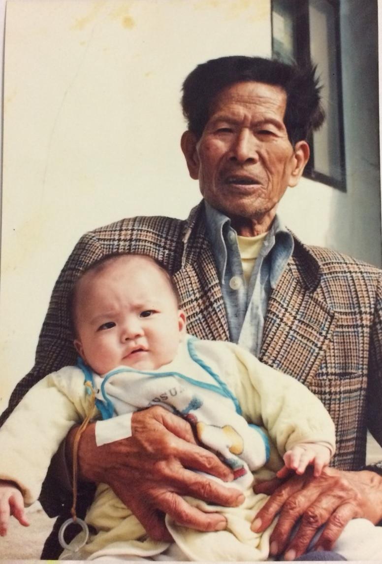 第1代王銀獅(後),年輕時利用農閒時向親戚家的日本師傅學做煎餅。(獅伯百年手工煎餅提供)