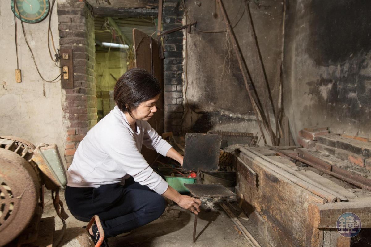 楊昭鑾示範早年母親是如何做餅,當時仍是使用未改良的煎檯,製作時較費力。