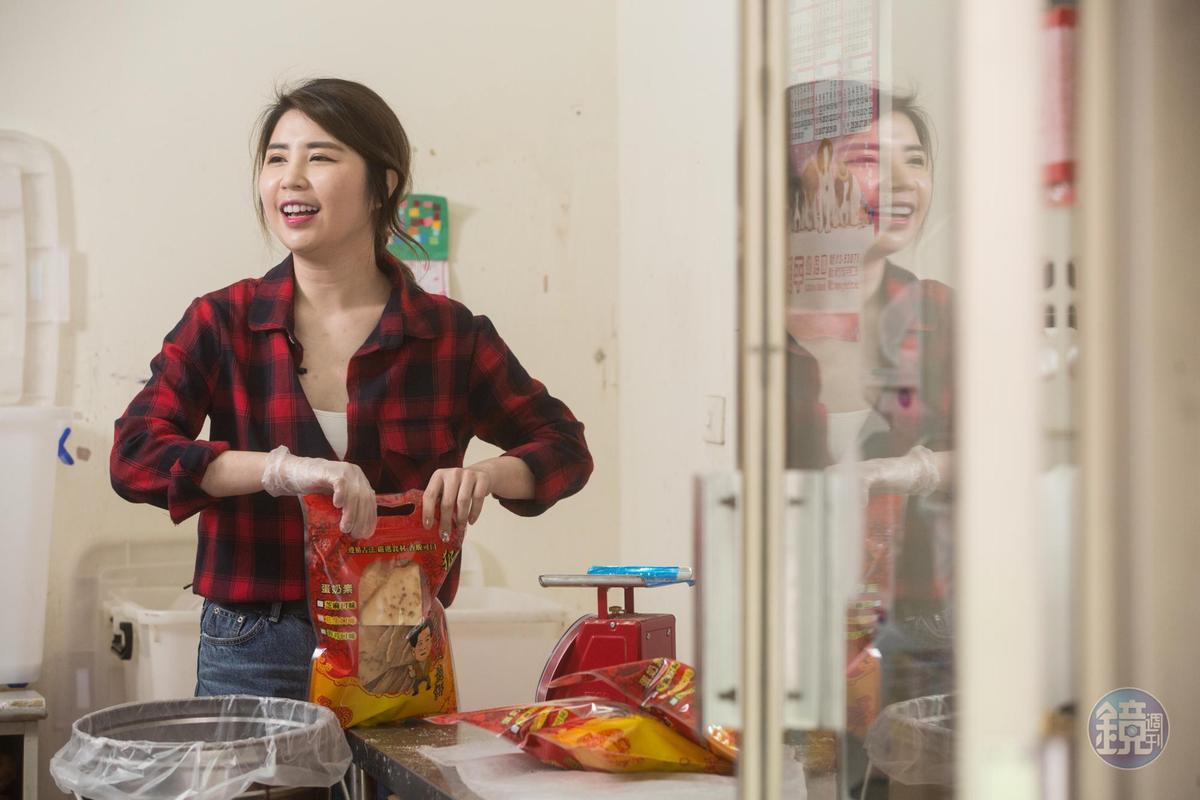 第4代楊雅文來幫忙包裝煎餅時,總會想起童年時吃到外婆楊玉釵的甜蜜記憶。
