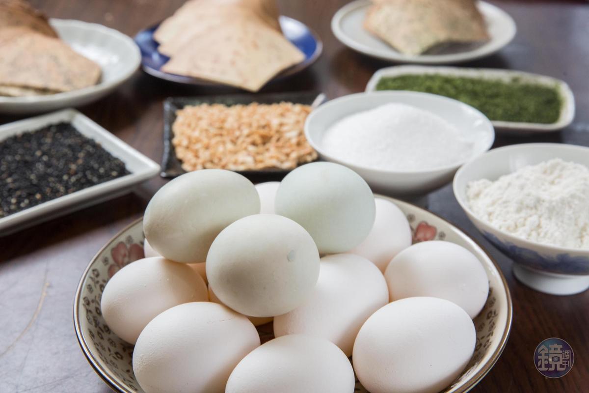 獅伯百年手工煎餅原料相當簡單,口味上也只有海苔、花生、芝麻3種選擇。