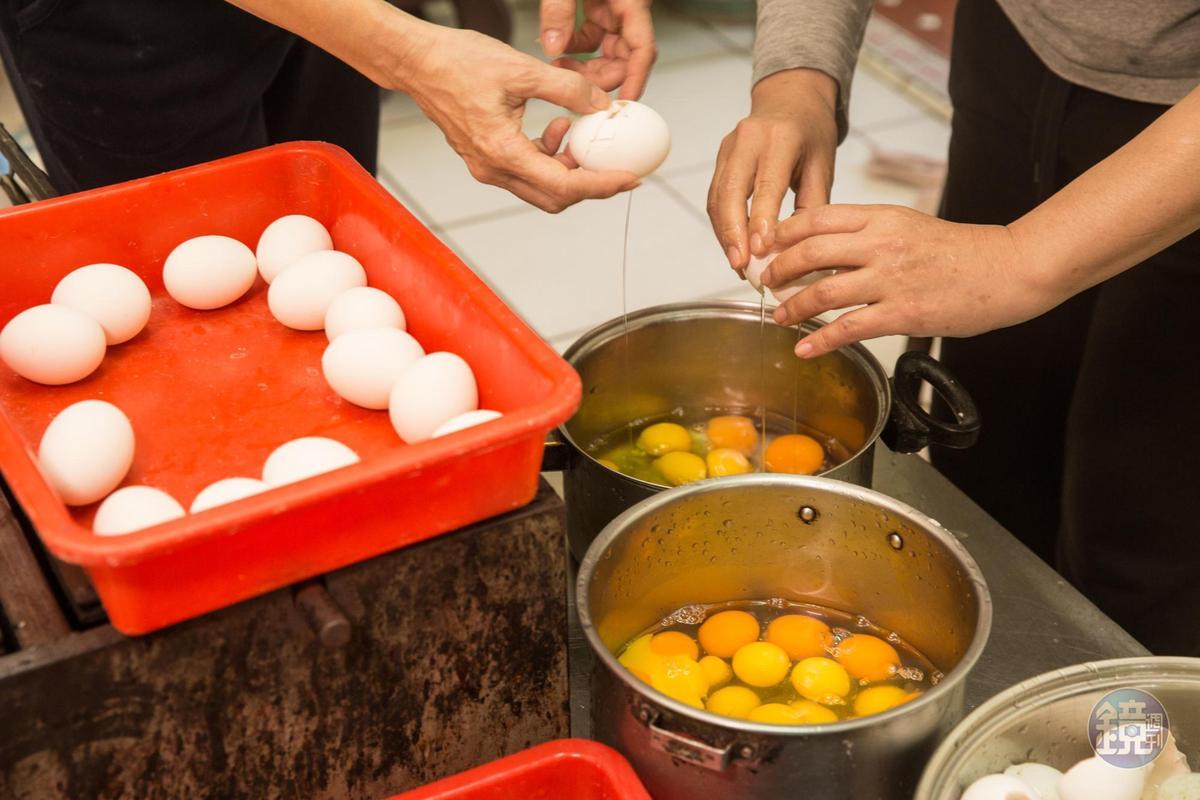 煎餅香脆祕訣之一是粉漿調入一定比例的雞蛋與鴨蛋。