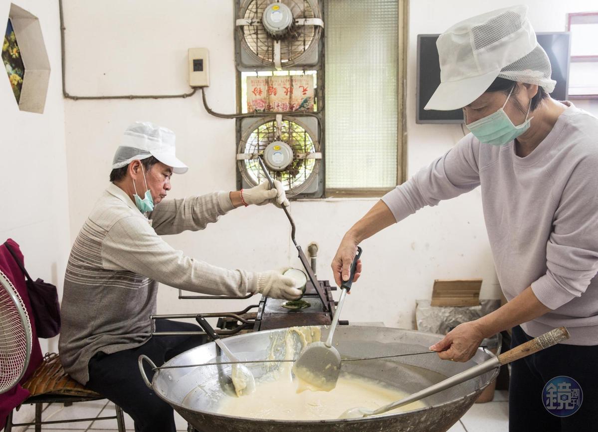製做煎餅費時耗力,楊仁彬(左)捨不得讓妹妹楊昭鑾(右)太累,一度獨攬烤餅重任。