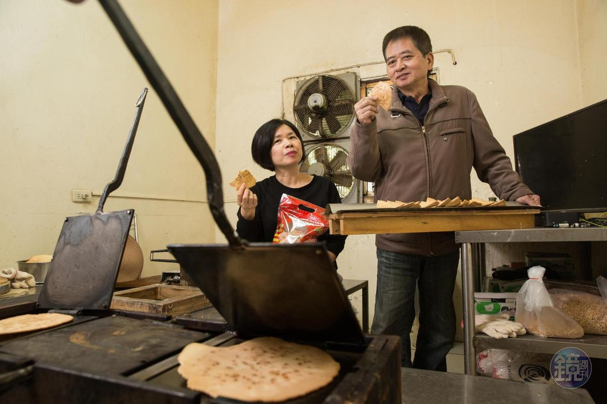 遺憾年輕時未幫母親分憂解勞,如今楊仁彬(右)與楊昭鑾(左)兄妹齊心製餅。