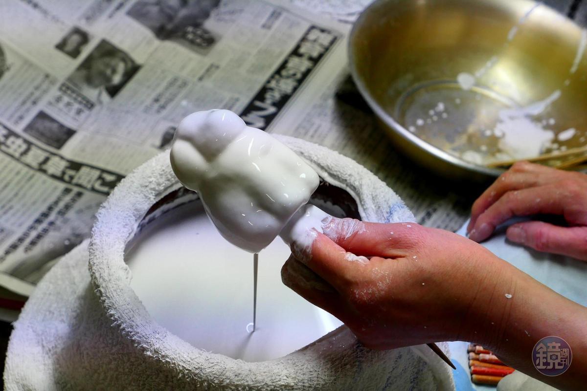 表面上漿處理是製作張子的第二道步驟,漿是用小麥做的,裡面因混有貝殼粉,塗上去後就張子就變成白色。