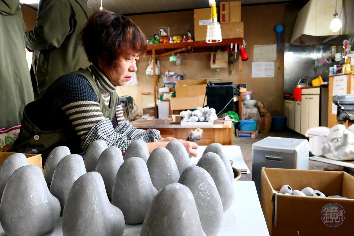 張子的形狀是紙塑出,野澤民藝採用的是再生紙,製作共有三大步驟,分別是做形狀、表面處理與上色。