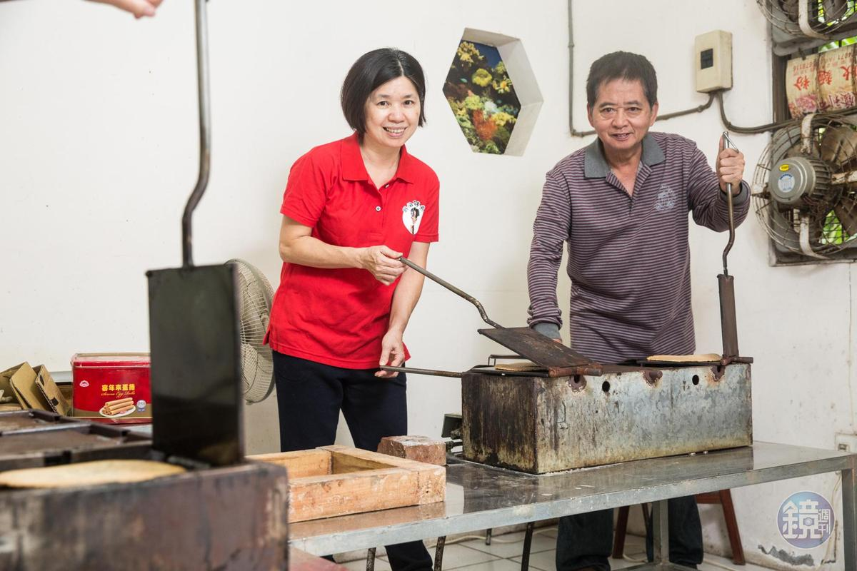 手工烤餅溫度高,即使冬天寒流來襲,楊昭鑾與哥哥楊仁彬只穿短袖或長袖薄衣上工。