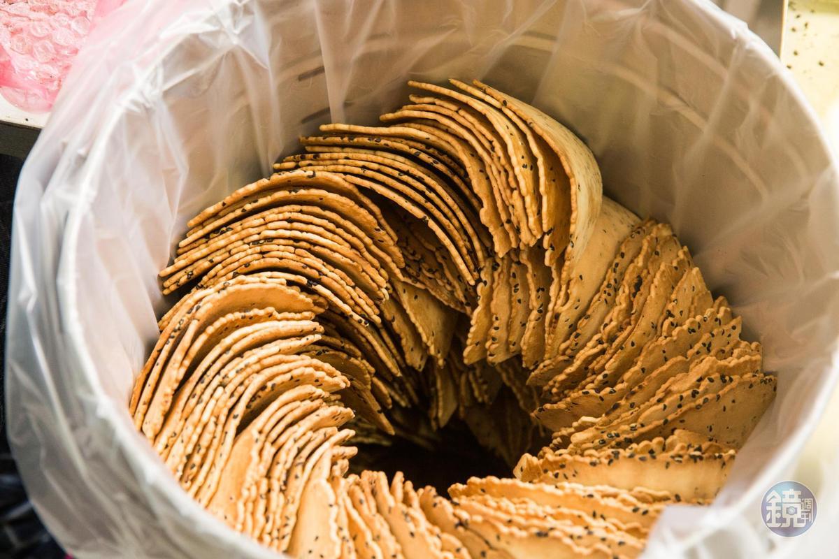 剛烤好的煎餅排列整齊裝入鐵桶,中間預留散熱空間。