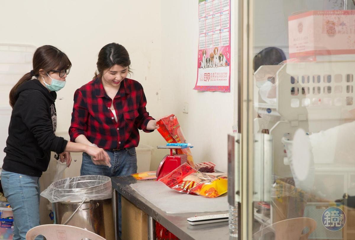 楊昭鑾的2個女兒楊雅文(右)與楊凱蒂(左)負責包裝煎餅。