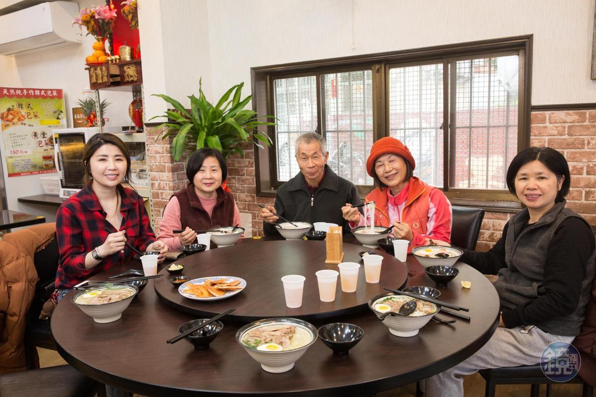 陳素卿(左2)對河粉與小菜讚不絕口,帶家人親友來品嘗。