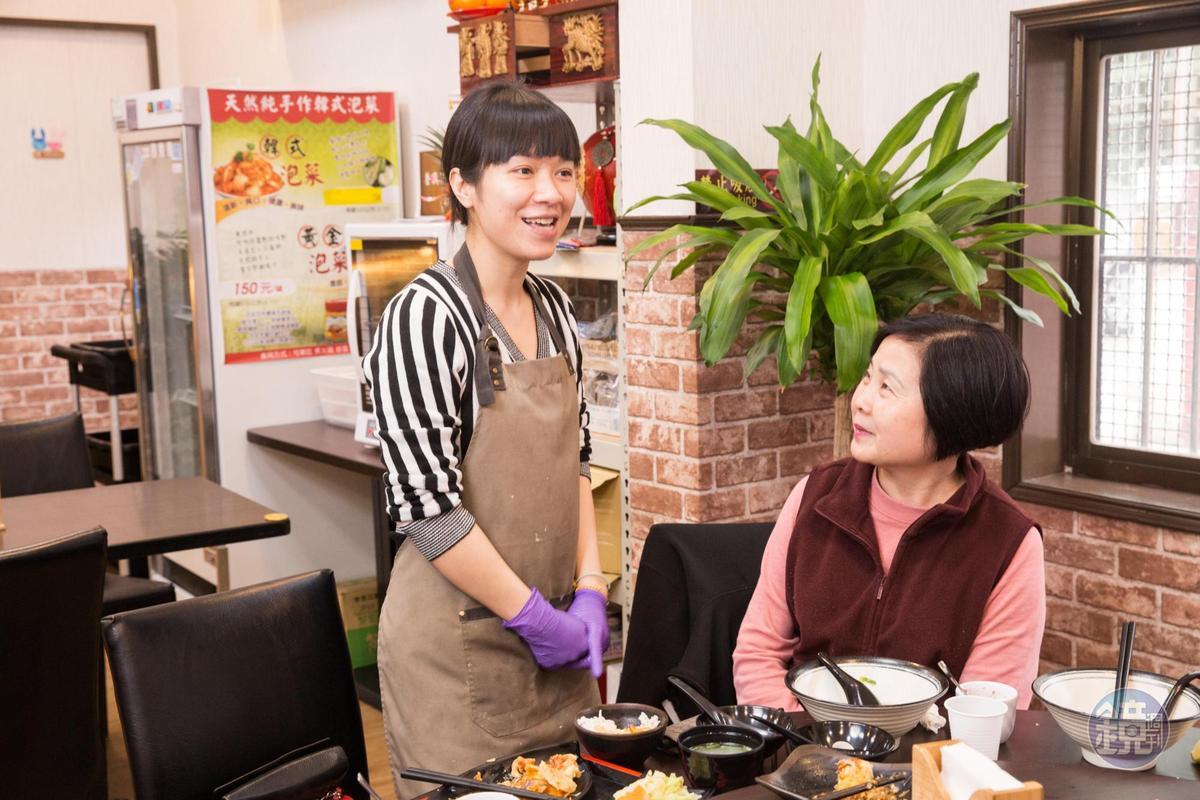 陳芷涵有空檔時會走出廚房和客人寒暄,詢問口味是否需做調整。