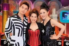 甄妮(中)過去曾上利菁(右)主持的《麻辣天后宮》節目而與她成為朋友。左為王少偉。