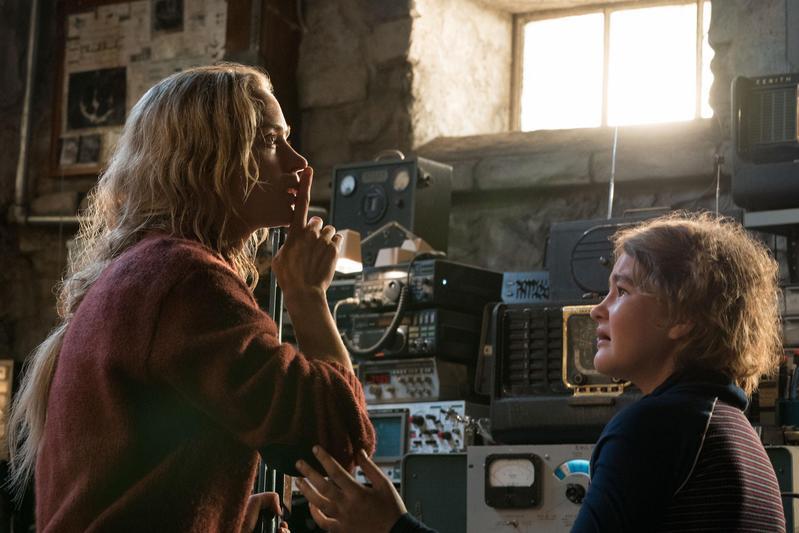 艾蜜莉布朗(左)在老公執導的恐怖片《噤界》,蓬頭垢面完全沒有笑容,嚇出一片好口碑。(UIP提供)