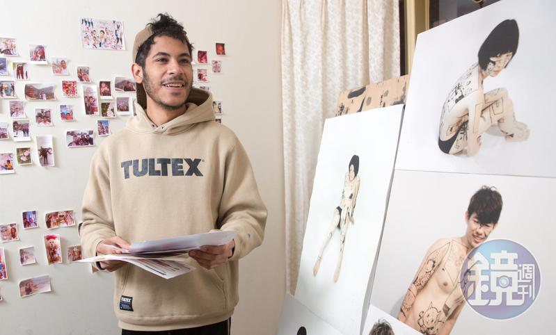 盧卡斯來台灣念書,右邊是在北藝大美術所的畢業作品,將漫畫畫在人體上。左邊牆上則是和男友出遊時的照片。