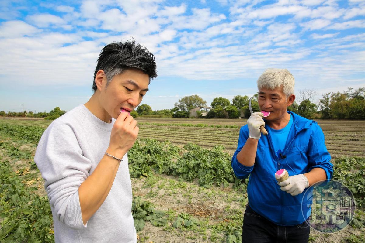 MUME主廚林泉(左)勤跑食材產地,他認為透過種植者林中智(右)的分享能更認識食材的變化和風味。