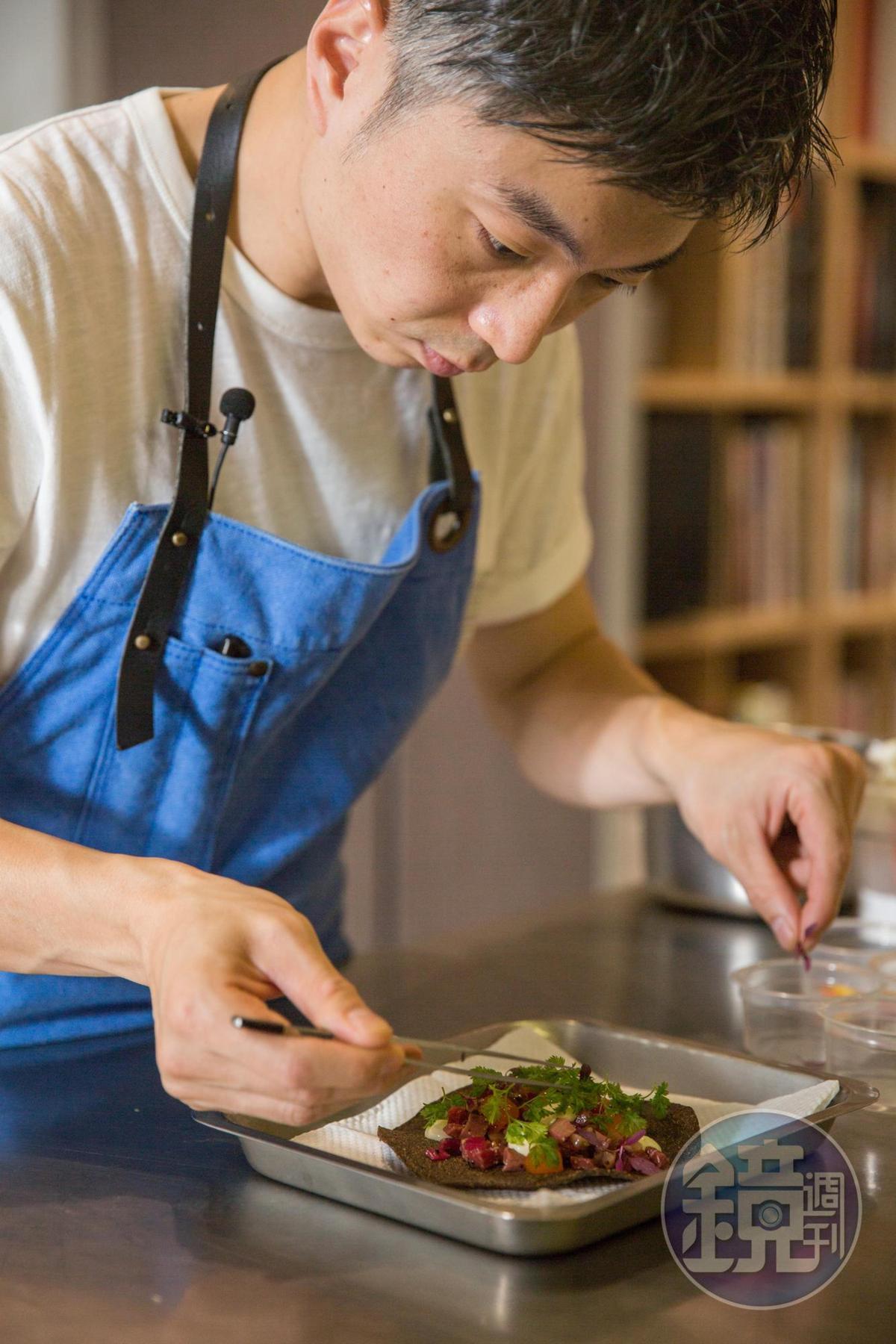經過縝密思考和嚴謹步驟,MUME主廚林泉是有意識性地在呈現花卉料理。