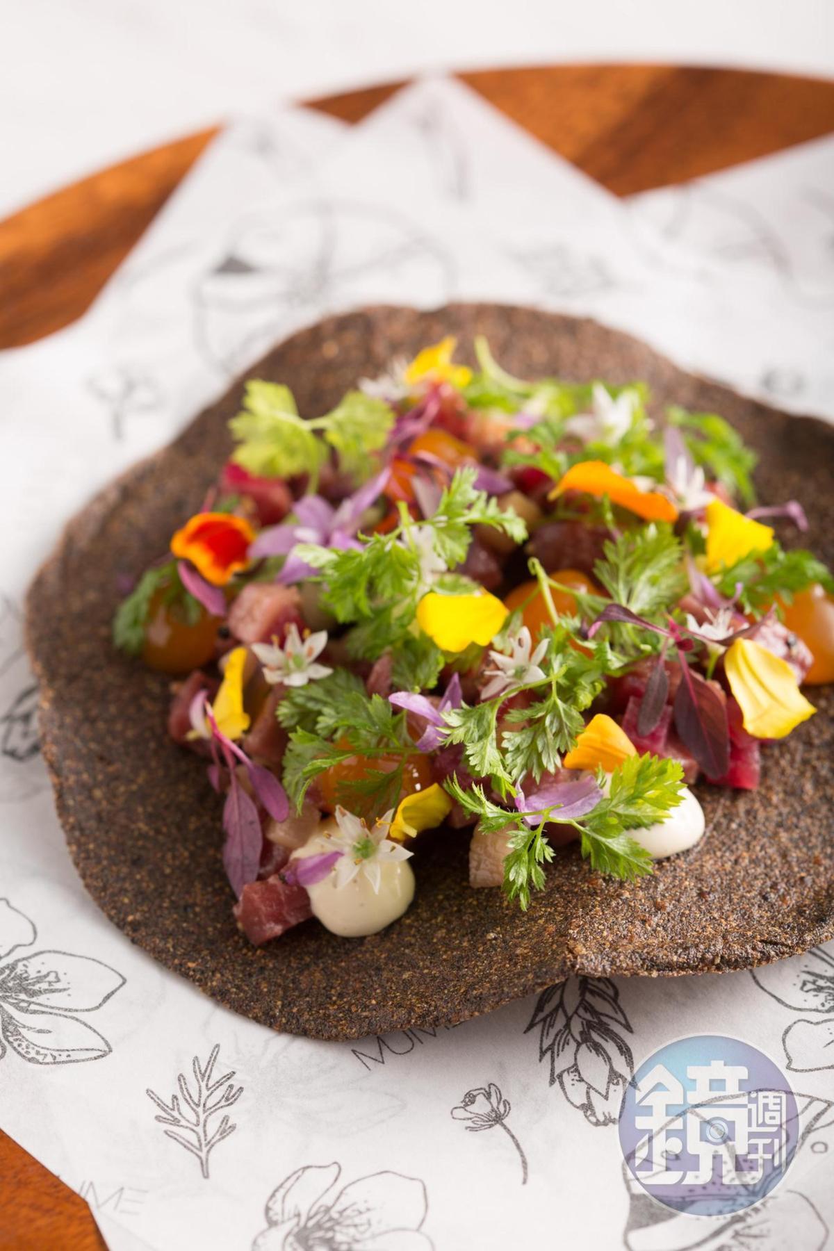 「紅藜花卉墨西哥餅」上的石蒜花帶嗆味,完美搭配生牛肉的鮮甜。(MUME,480元/份)