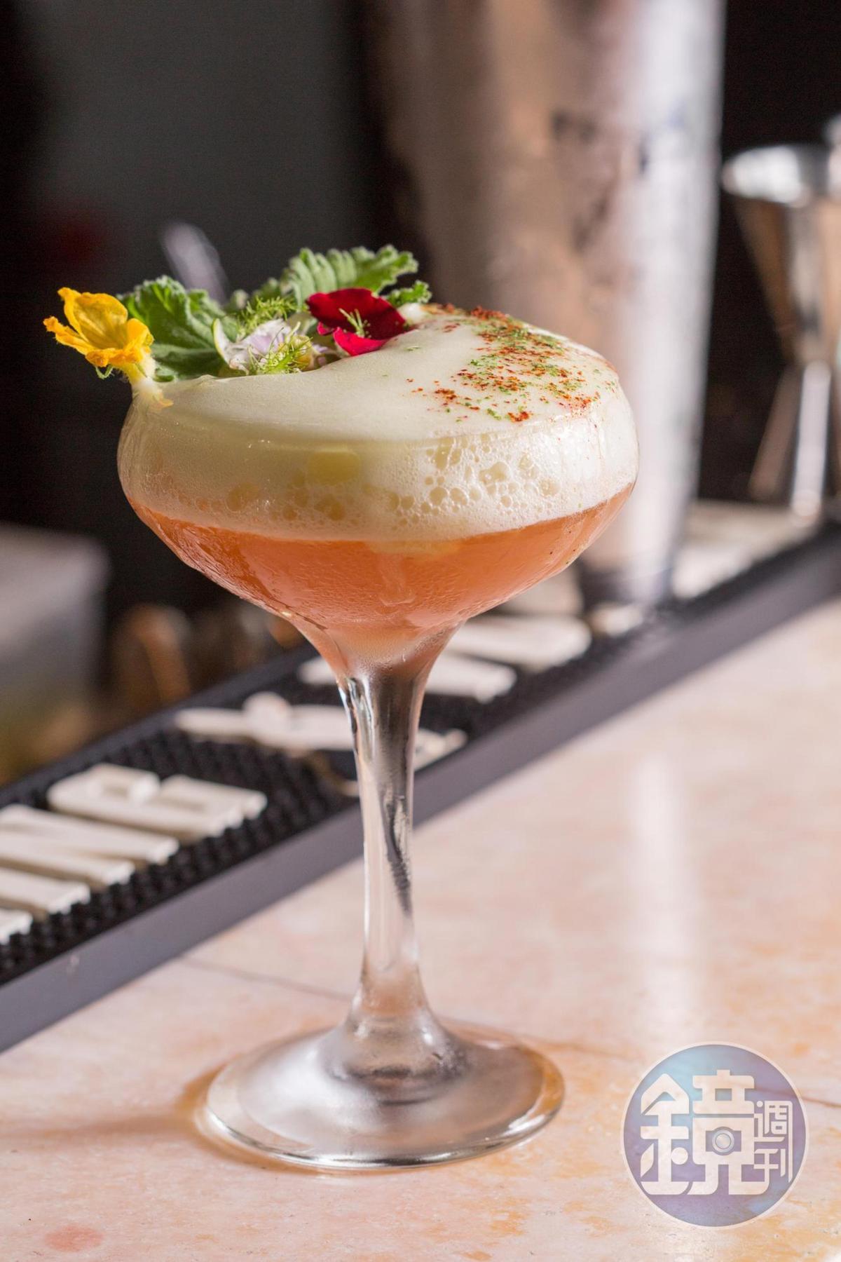 鮮爽氣息揉入玫瑰馨香的「玫塊 黃瓜花」調酒,意圖讓人迷濛在花園間。(MUME,350元/杯)